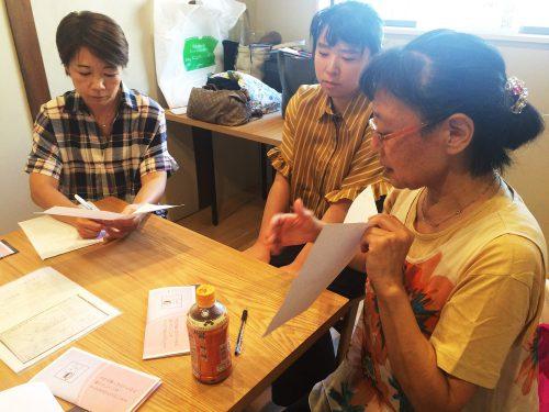 テーブルを囲み勉強会をしている様子の写真