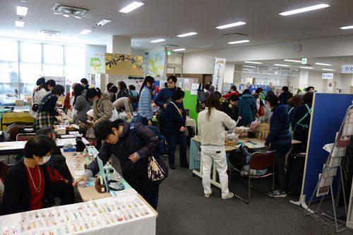 10団体が参加したフリーマーケットにたくさんのお客さんが来場している写真