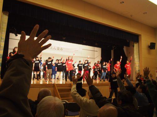 開会式でダンスを披露するダンスラボラトリーのメンバーと一緒に手を上げて踊る観客の写真