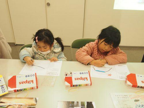 絵をかくワークショップに参加した子どもたちがキットパスで絵をかいている様子の写真