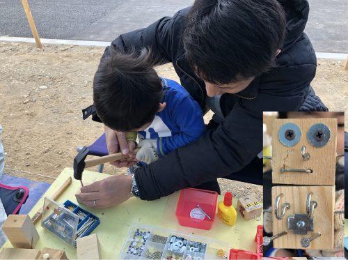 木材に釘を打ち込む男の子と後ろからサポートする父親の様子と完成したロボットの写真