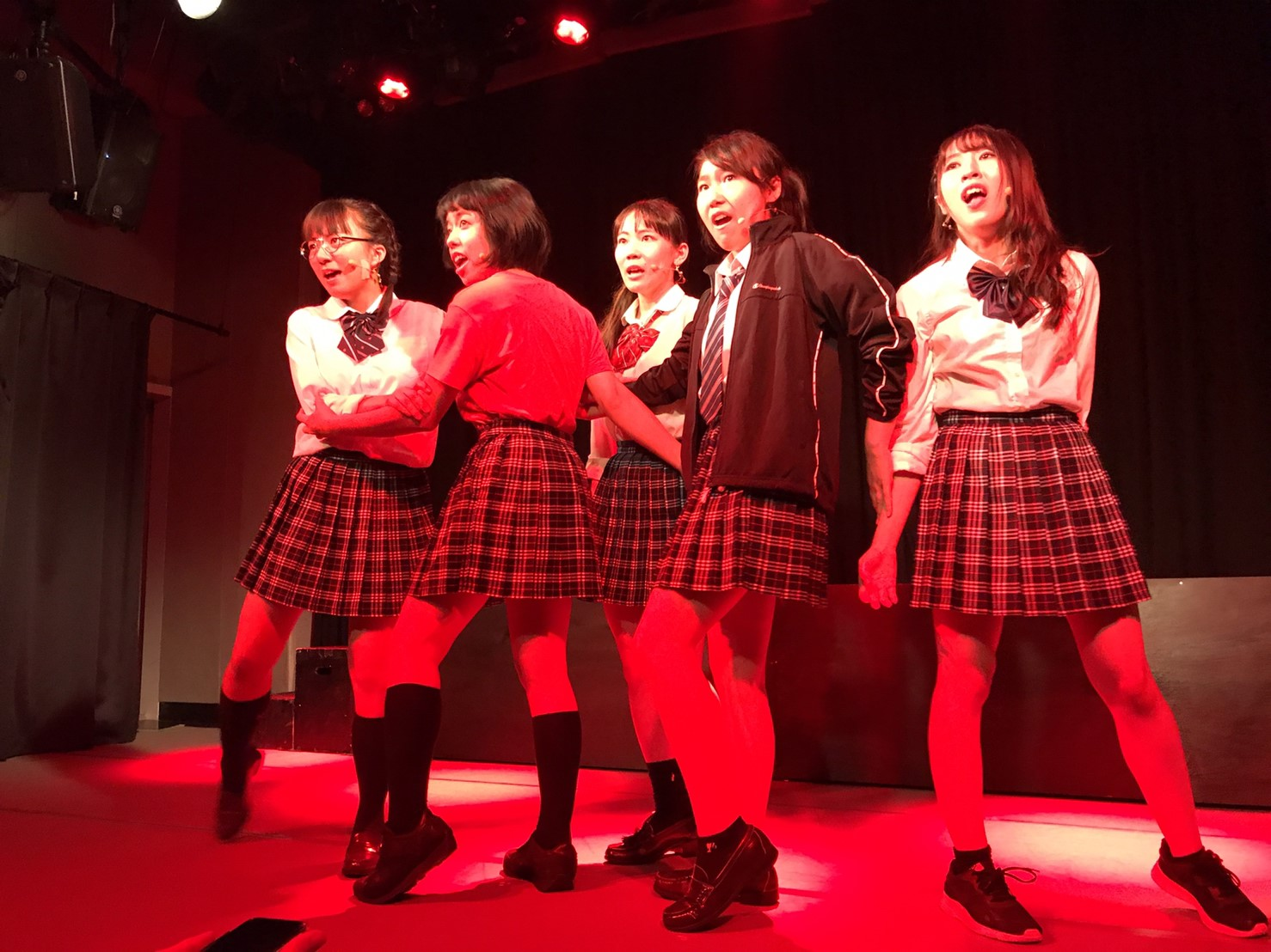 エムピンクのメンバーが、演技をしている写真