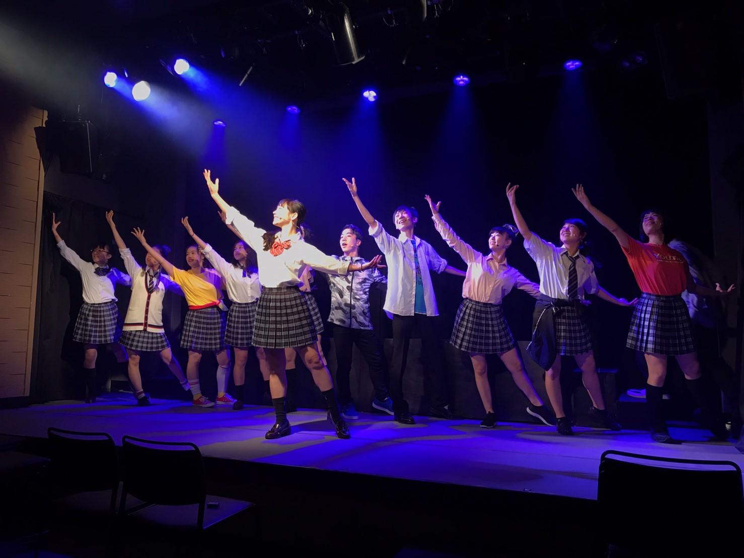 エムピンクのメンバーが踊っている写真