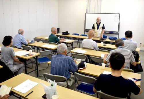 会員10人ほどが集まって和凧づくりの知識や技術を共有するための勉強会の様子