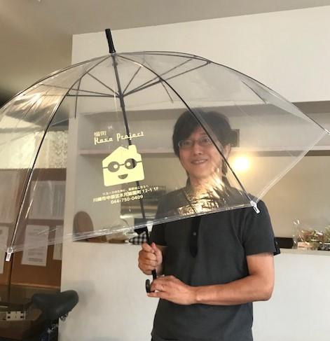 傘プロジェクトで使用している傘を広げている福地さん