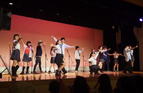 開会式で踊るエムピンクの写真