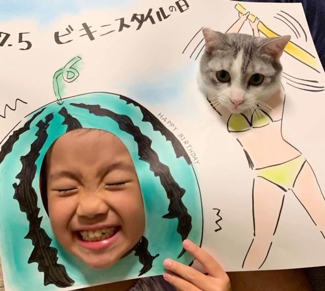 スイカのパネルに子どもが顔を出している写真
