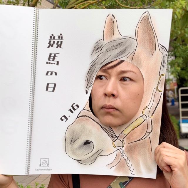 競馬の日のパネル。馬の顔に女性が顔を出している写真。
