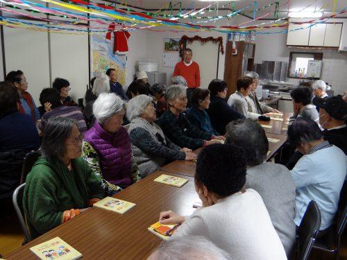 老人クラブのイベントに参加しているお年寄りの男女約30人の様子
