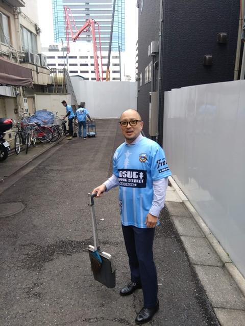 コラボTシャツで清掃中の大坂さん