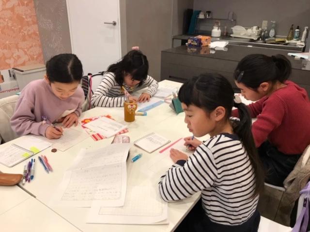 子どもたちが記事を書いているところ