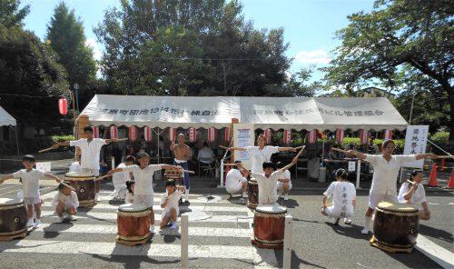 多摩川太鼓を叩いている写真